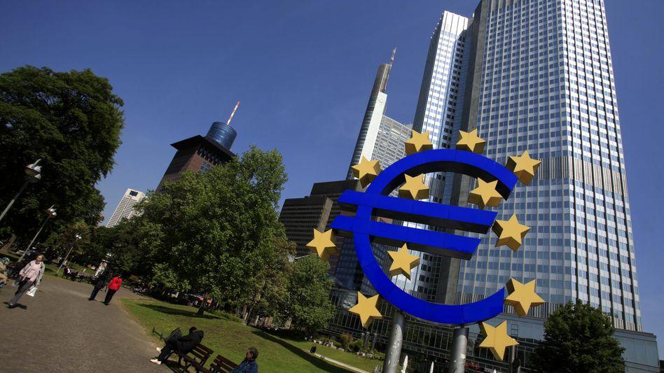 """Eurosymbol vor dem Eurotower in Frankfurt am Main: Die Risiken haben in der zweiten Jahreshälfte """"beträchtlich zugenommen"""", schreibt die EZB in ihrem Monatsbericht"""