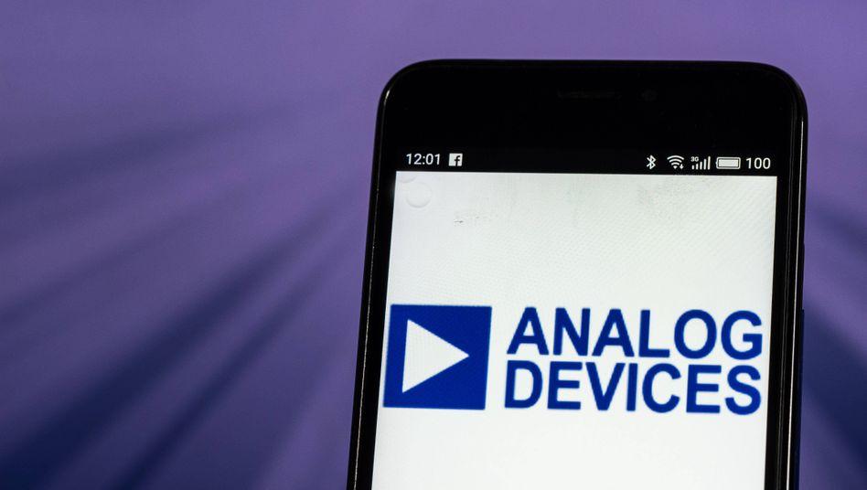 Smartphone mit Logo von Analog Devices: Das US-Unternehmen übernimmt den Konkurrenten Maxim Integrated.