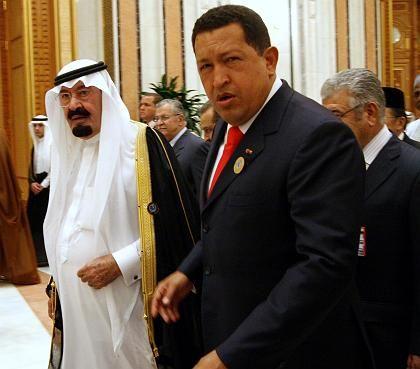 Nicht immer einer Meinung: Der saudische König Abdullah (links) und der venezolanische Präsident Chavez bei der Ankunft zur Eröffnungsveranstaltung des Opec-Treffens am Samstag in Riad