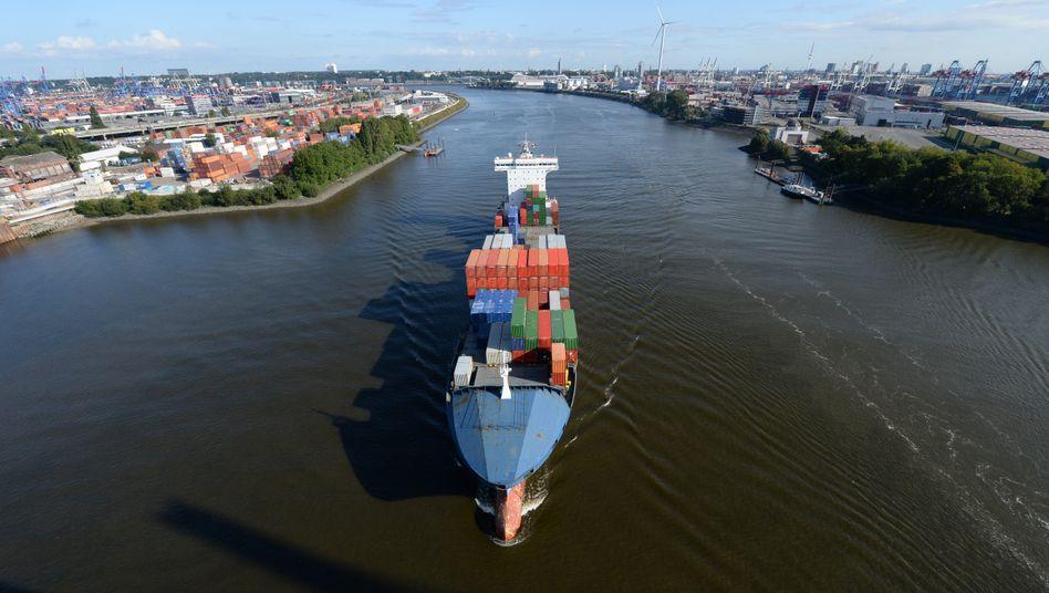 Schiff auf der Elbe: Das Bundesverwaltungsgericht hat die geplante Elbvertiefung in Teilen für rechtswidrig erklärt. Die rechtlichen Mängel könnten aber behoben werden