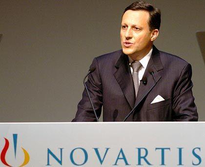 """Daniel Vasella Präsident und CEO Novartis Gesamtbezüge 2004: 13,5 Mio. Euro (Stoxx-Durchschnitt: 5,9 Mio. Euro) Eigenkapitalrendite nach Eigenkapitalkosten: +9,1% (Stoxx: +10,1%) Wertschöpfung nach Eigenkapitalkosten: -5,0% (Stoxx: +1,3%) Gesamtbezüge-Platzierung im Stoxx-Vergleich: Rang 3 """"Pay for Performance""""-Platzierung im Stoxx-Vergleich: Rang 30"""