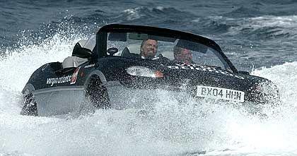 Richard Branson (hier in einem Amphibienfahrzeug) liebt das Abenteuer. Virgin Mobile gehört zum Firmenimperium des Geschäftsmannes