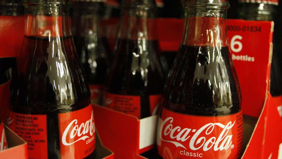 Bleibt im Gedächnis: Wer kennt schon den aktuellen Slogan von Coca-Cola? Die meisten Menschen erinnern sich statt dessen an die konturierte Flasche in der unverwechselbaren Form