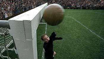 Glück gehabt: Diesen Ball hätte der deutsche Keeper Toni Turek (Jo Stock) nicht mehr erreicht
