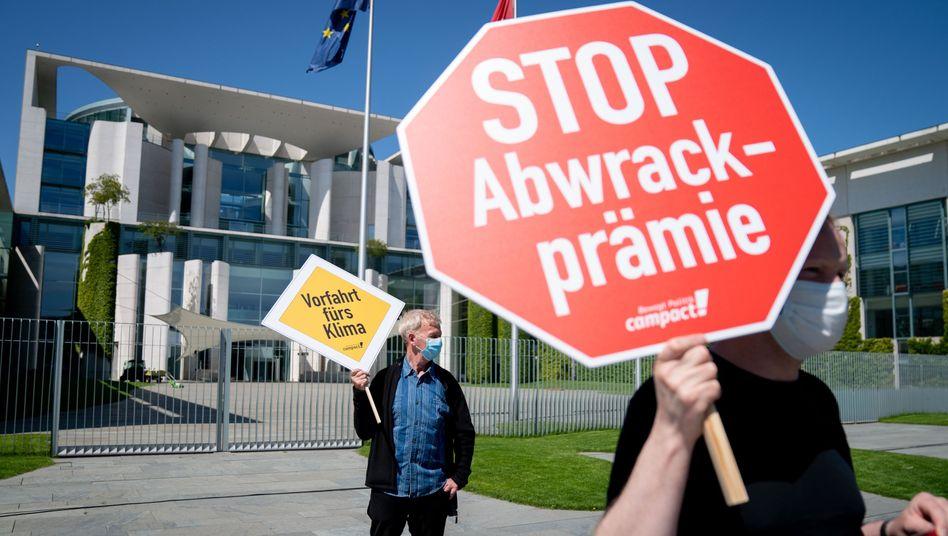 Demonstranten vor dem Kanzleramt: Eine Förderprämie für Autokäufer gehört zu den umstrittensten Punkten des von SPD und CDU/CSU diskutierten Konjunkturpaketes