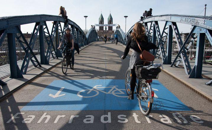 Fahrradbrücke über die Bahn am Freiburger Hauptbahnhof