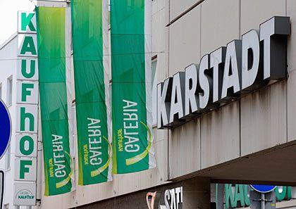Nähern sich an: Kaufhof ist an der Übernahme vieler Karstadt-Filialen interessiert
