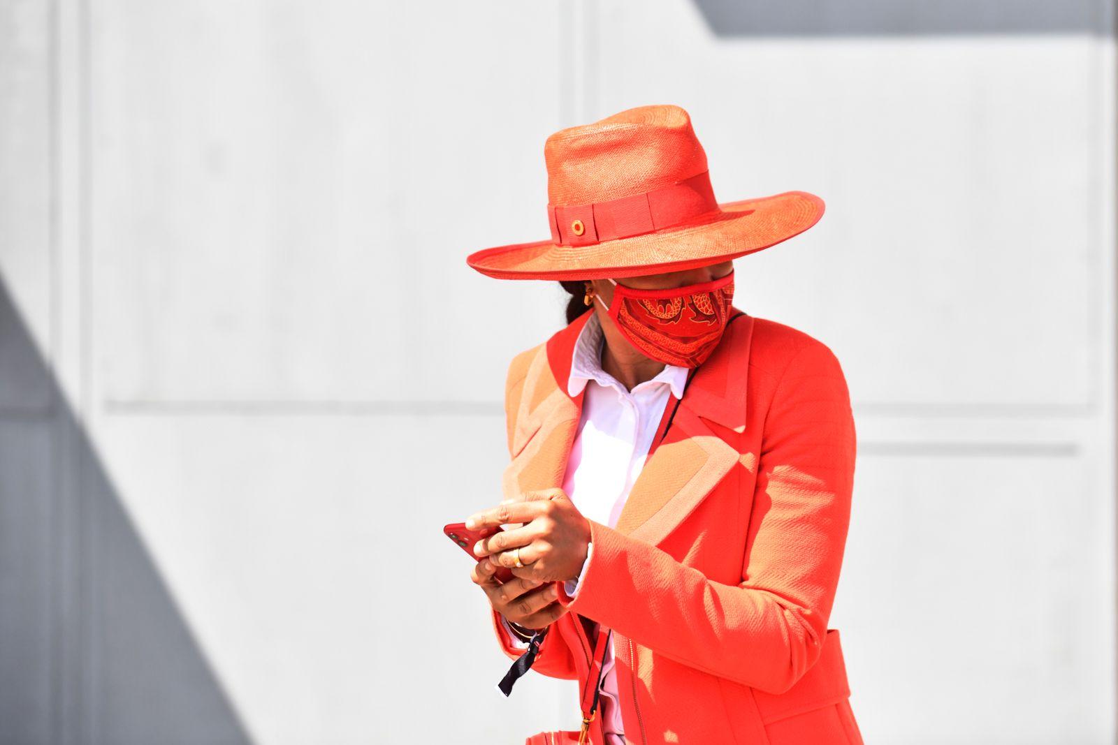 Hamburg, Fashion, elegant gekleidete Frau mit Hut und Mund-Nasen-Schutz