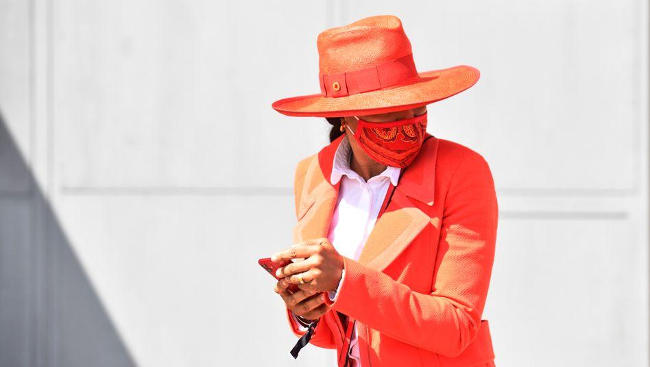 Alarmstufe Rot:Im Corona-Sommer 2020 wird die Maske auf der Galopprennbahn in Hamburg-Horn zum Fashion-Statement