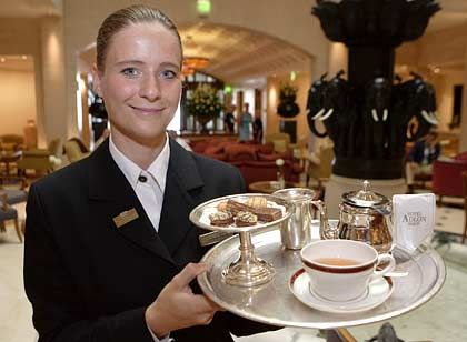 Kathleen Winkler: Erschnuppert 20 verschiedene Teesorten mit verbundenen Augen