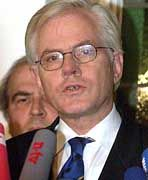 Gerhard Glogowski gibt am 26. November 1999 vor Journalisten in Hannover seinen Rücktritt als niedersächsischer Ministerpräsident bekannt (Archivfoto vom 26.11.1999)