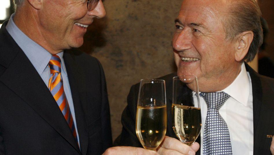 Prösterchen: Kaiser Beckenbauer und Fifa-Chef Sepp Blatter auf einem Empfang zur WM 2006 - laut SPIEGEL wurde das Turnier mutmaßlich entgegen früheren Beteuerungen doch mit Schwarzgeld nach Deutschland geholt