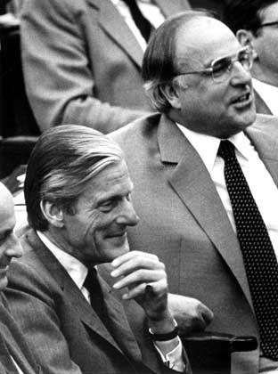 Diener der Mächtigen: Der damalige CDU-Abgeordnete Walter Leisler Kiep (l. ) neben dem damaligen CDU-Vorsitzenden und Oppositionsführer Helmut Kohl in einer Sitzung des Bonner Bundestag am 16. Januar 1981