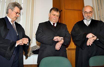 Seit elf Jahren vor Gericht: Ex-Minister Krause (l.) mit seinem Anwalt