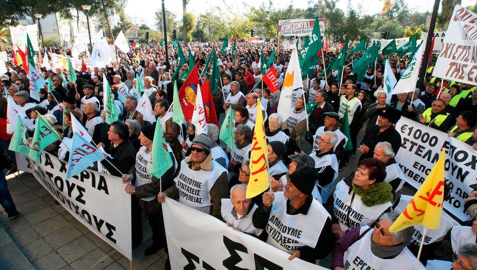 Proteste gegen die Troika: Zyprioten demonstrieren 2013 - unter anderem gegen den Beschluss, dass Bankeinlagen über 100.000 helfen sollten, das Banksystem zu stabilisieren