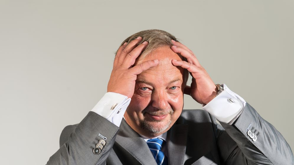 BDEW-Chef Johannes Kempmann: Sechs Fragen, sechs Gesten als Antworten