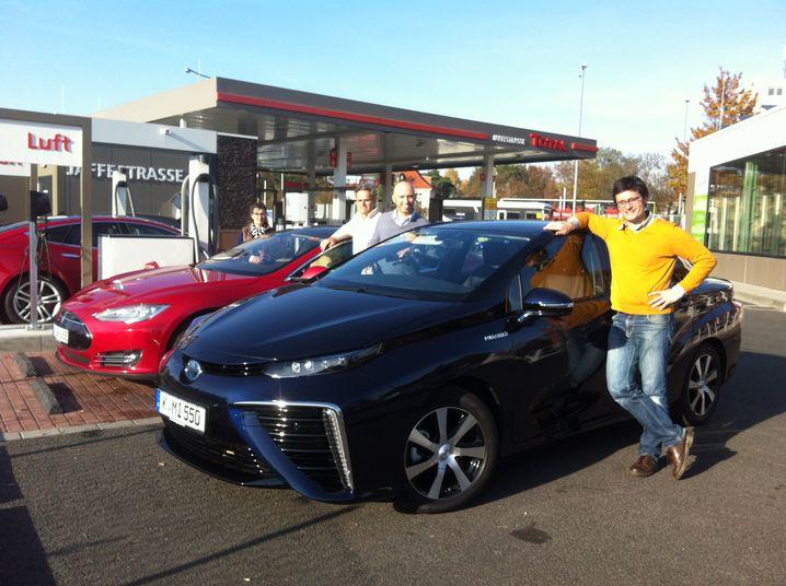 Auf geht's zur Reichweiten-Vergleichsfahrt: Der Mirai misst sich mit zwei Teslas.