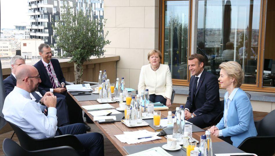 EU-Ratspräsident Michel (l.), Kanzlerin Merkel, Frankreichs Präsident Macron und EU-Kommissionspräsidentin von der Leyen bei einem Meeting am Rande des Gipfels in Brüssel