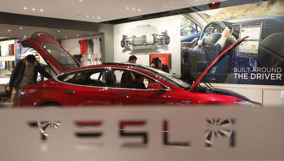 Online-Verkauf: Einen Tesla muss man online kaufen. Selbst in einem Tesla-Shop wird das gewünschte Modell am Monitor bestellt