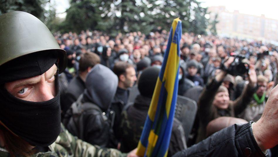 Rufe nach Putin: Ein maskierter pro-russischer Aktivist bei Horlivka in der Nähe von Donezk