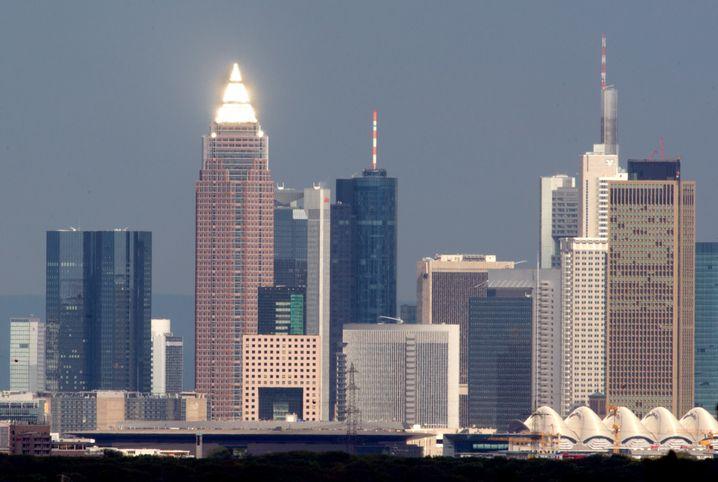 Bankenmetropole Frankfurt: Geldinstitute kämpfen an vielen Fronten. Die Stimmung ist trüb, die Schwankungen sind enorm - wie man in dieser Woche am Beispiel der Commerzbank sehen kann