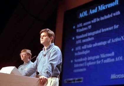 Vor fünf Jahren noch dicke Kumpel, heute Erzrivalen: Steve Case und Bill Gates bei einer Präsentation im Jahr 1996