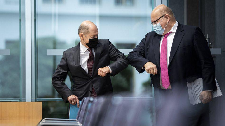 Ellbogencheck: Bundesfinanzminister Olaf Scholz (l) und Bundeswirtschaftsminister Peter Altmaier