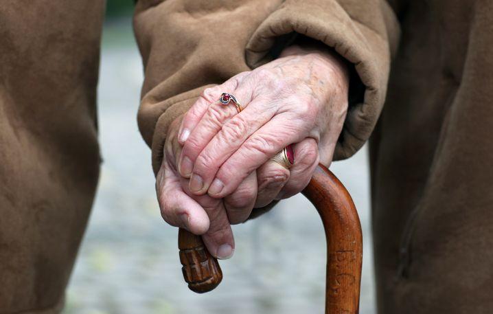 Ein altes Ehepaar, auf einen Stock gestützt: So sehen viele Österreicher ihre Regierung aus der christlich-sozialen Volkspartei und den Sozialdemokraten