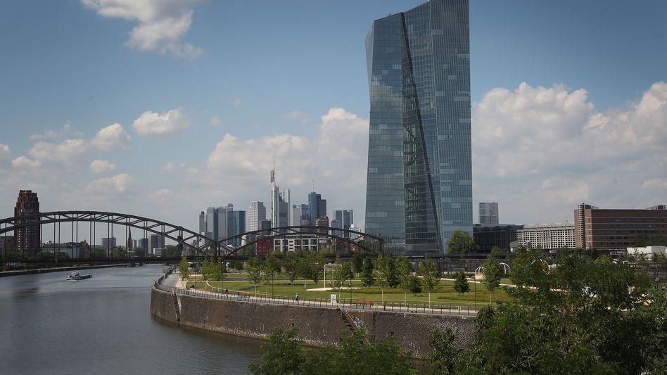 EZB-Zentrale in Frankfurt: Die Geldpolitik muss den ganzen Währungsraum im Blick haben - doch auch um den steht es besser, als die schwache Inflation vermuten lässt