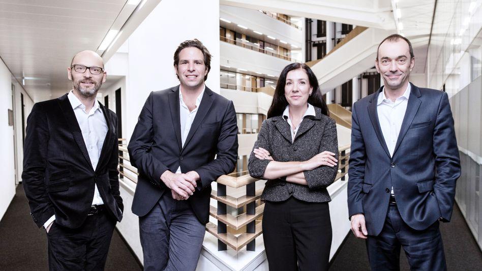 Katja Braun, verantwortliche Art Directorin für den Relaunch von manager-magazin.de mit Chefredakteur Steffen Klusmann (l.) und dessen beiden Stellvertretern Martin Noé (r.) und Sven Clausen im Atrium des Verlagsgebäudes.