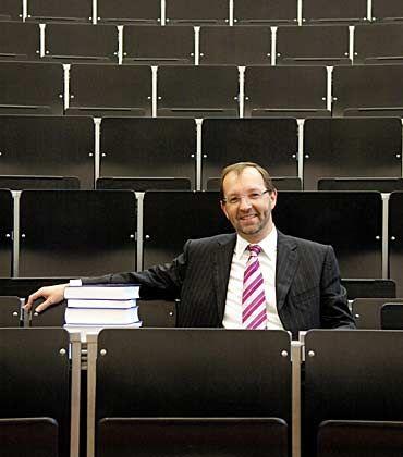 """Der Investmentbanker im Hörsaal: Frank Richter (43) war neun Jahre bei McKinsey und wechselte im Jahr 2000 zu Goldman Sachs. Ende 2004 ging er als Professor an die Universität Ulm, arbeitet aber weiter als Berater für Goldman. Er sagt: """"Ich profitiere in beiden Bereichen von den Erfahrungen des jeweils anderen."""""""