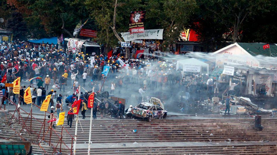 Polizei-Einmarsch auf dem Gezi-Platz: Protestcamp zerstört