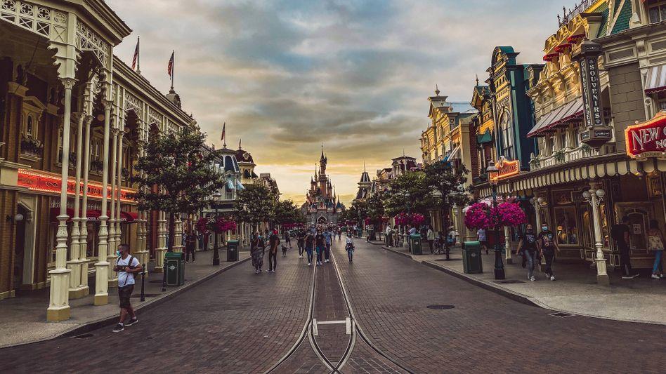 Besucher im Freizeitpark Disneyland Paris im September
