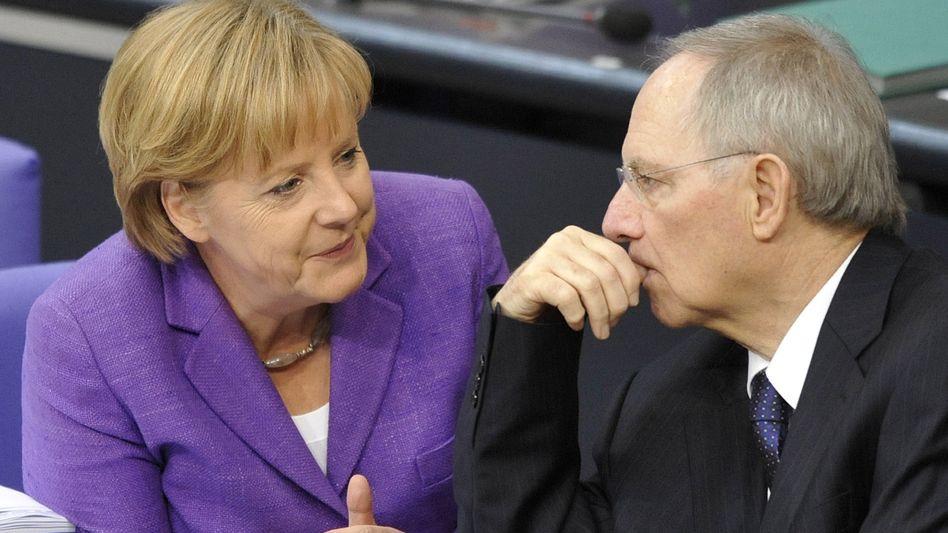 Deutschland, Euro-Retter Nummer eins? Kanzlerin Merkel (l.) und Finanzminister Schäuble sind an der Grenze der Belastbarkeit angekommen