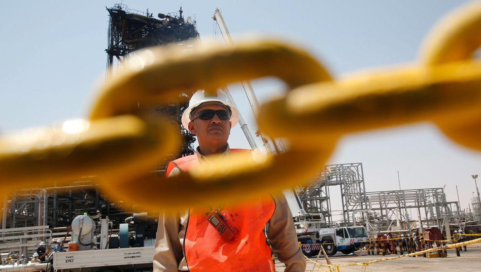 Arbeiter an saudischer Ölanlage: Angriffe auf die Ölindustrie des Landes haben den Ölpreis steigen lassen.