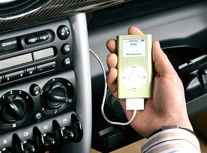Der Mini im Mini: Auch unterwegs braucht der BMW-Mini-Fahrer nicht auf die Musik aus seinem iPod Mini zu verzichten