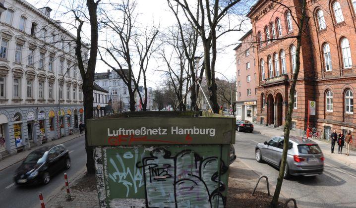 Luftmeßnetz-Station an Hamburgs Max-Brauer-Allee: Die Hansestadt tauscht alte Diesel-Busse aus