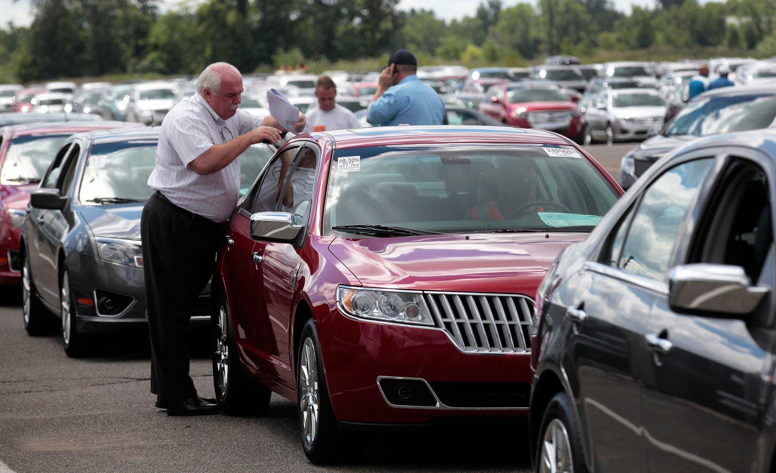 USA / Auto-Markt / Autos / Auto-Verkäufer