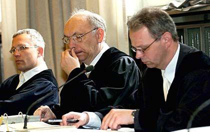In erster Instanz gescheitert: Die Staatsanwälte Johannes Puls (l.), Lothar Schroeter (m.) und Dirk Negenborn scheiterten vor dem Landgericht Düsseldorf mit ihren Untreue-Vorwürfen gegen die Angeklagten im Fall Mannesmann