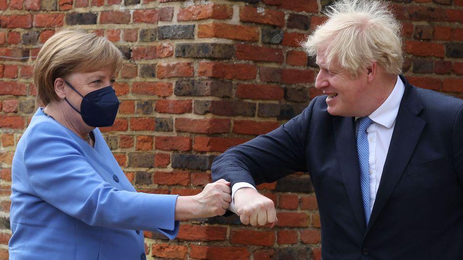 Faust-Ellenbogen-Check in Chequers: So ging die Pandemie-konforme Begrüßung von Angela Merkel und Boris Johnson