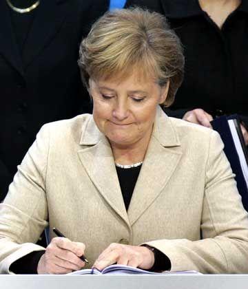 Angela Merkel (beim Unterzeichnen des Koalitionsvertrages): Erste Kanzlerin der Bundesrepublik Deutschland