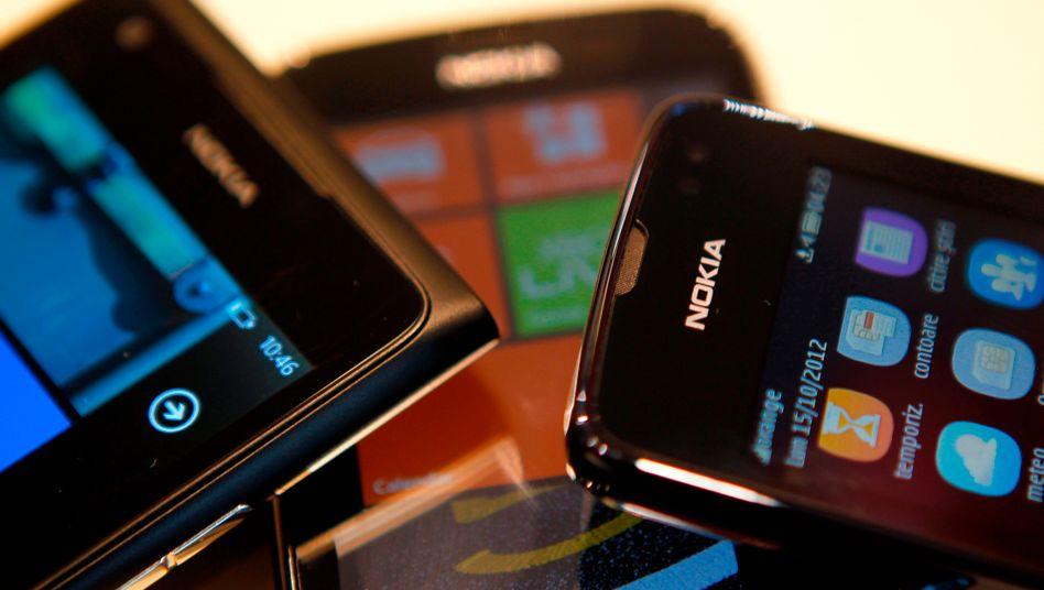 Soll es nicht mehr geben: Smartphones oder Handys von Nokia - der Konzern dementiert quasi mit einer Woche Verspätung anderslautende Berichte