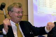 Der Hammer fällt: Klaus-Dieter Scheurle, damals Präsident der Regulierungsbehörde, leitete die UMTS-Auktion