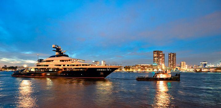 Der neue Besitzer, der Casino- und Hotelbetreiber Genting Berhad, wird den Luxus des 91 Meter langen Schiffes zu schätzen wissen. Marmor und Blattgold zieren die Innenräume des Schiffes. Sauna, 20-Meter-Schwimmbecken und ein Kino gehören zur Ausstattung. Der Hubschrauberlandeplatz versteht sich bei derlei Luxus schon fast von selbst.