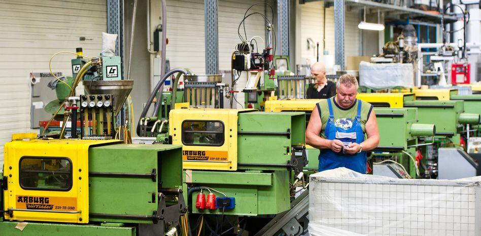 Mittelständischer Betrieb mit Spritzgussmaschinen: Kleiner Firmen können sich gegen die große Konkurrenz mit Kooperationen besser durchsetzen