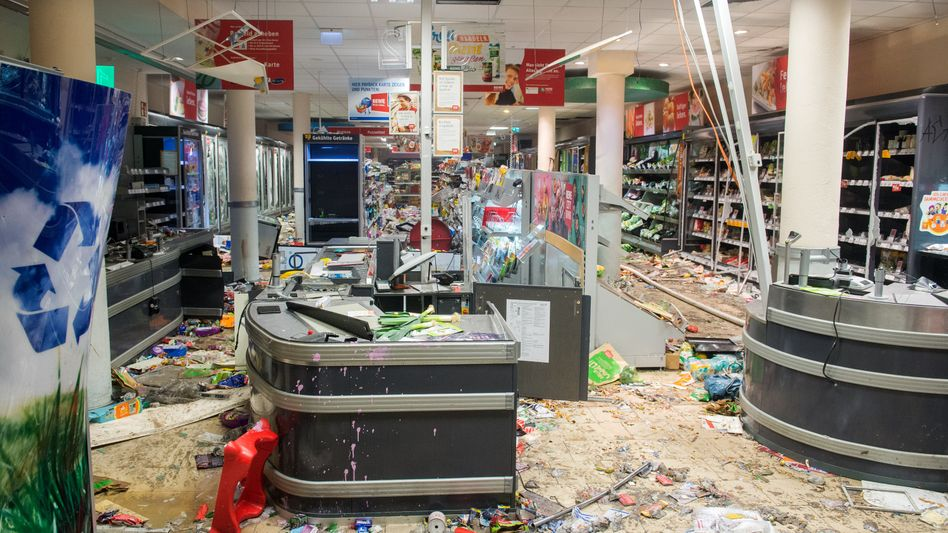 Eine Filiale der Supermarkt-Kette Rewe ist am Samstag in Hamburg im Schanzenviertel komplett geplündert worden.