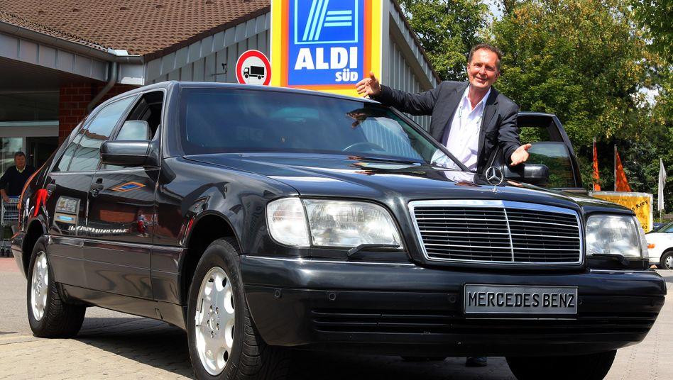 Prominenter Panzer: Michael Fröhlich, Autohändler in Düsseldorf, parkt den Dienstwagen des verstorbenen Aldi-Gründers Theo Albrecht vor einer Aldi-Filiale