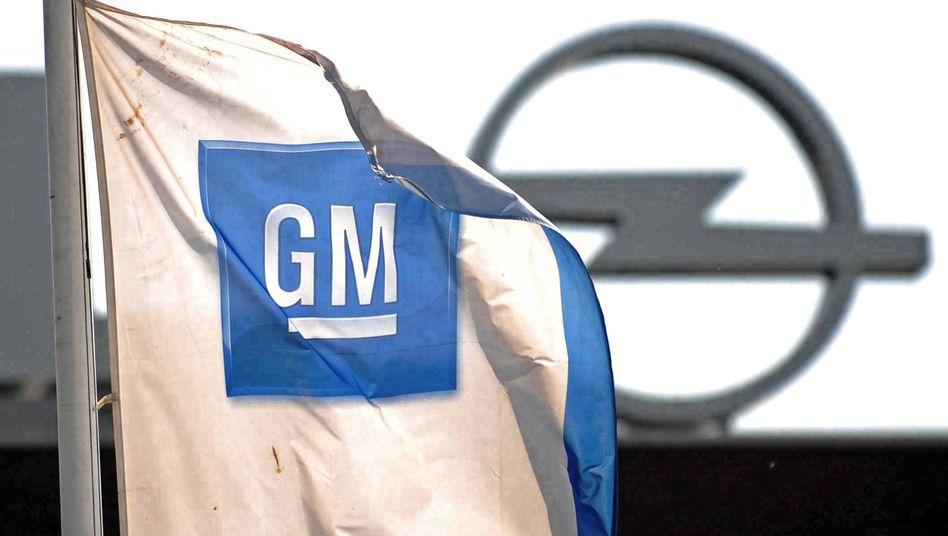Fahne von GM vor dem Bochumer Opel-Werk: Das Geschäft in den USA läuft gut - doch die Europa-Töchter sind in den roten Zahlen
