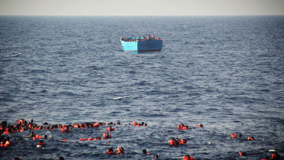 Flüchtlinge in Schwimmwesten im Mittelmeer