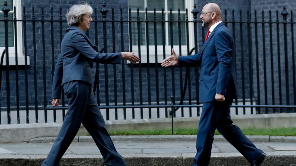 Bitte recht freundlich: Die britische Premierministerin Theresa May trifft auf Martin Schulz, Präsident des Europäischen Parlaments. Gesprächsstoff gibt es reichlich - der Brexit dürfte auch die britische Wirtschaft treffen